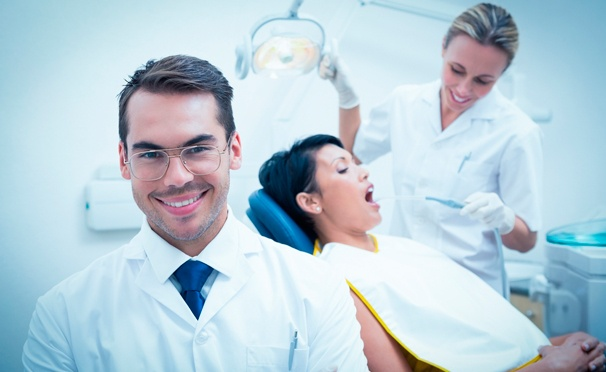 Скидка на УЗ-чистка зубов, профессиональная гигиена полости рта по евростандарту, лечение кариеса или установка металлокерамических коронок в стоматологическом центре «Новый Силуэт». Скидка до 88%