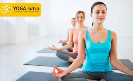 Занятия йогой в школе YogaSutra